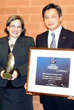 Christine Rioux, chargée de projet pour la mise en œuvre du FEL au MICC en compagnie du directeur du Cégep à distance, Viet Pham.